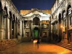 Perstil - Diokletian palace at night - local area