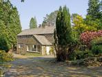 LAKESIDE COTTAGE, spacious cottage with hot tub, woodburner, large garden, near Lake Windermere, Newby Bridge Ref 906452