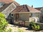 THE OLD SCHOOL HOUSE, ground floor apartment, romantic retreat, shared lawned garden with summerhouse in Mere, Ref 911838
