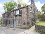 TOWNGATE COTTAGE, traditional terraced cottage with king-size bed, patio, close amenities in Heptonstall Ref 912192