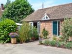1 LITTLE RIPPLE COTTAGES, king-size bed, woodburner, close to Canterbury in Crun