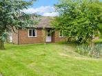 THE BUNGALOW, family accommodation, four bedrooms, pet-friendly, near Cleobury Mortimer, Ref 23186