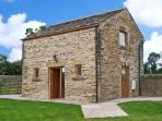 HOLLINS WOOD BOTHY, romantic cottage, rural views, en-suite facilities, in