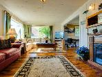 Cozy cottage with ocean views, walking distance from town!