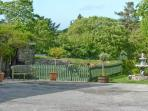 QUINCE COTTAGE, ground floor apartment, private patio, shared BBQ area and fishing lakes, in Hartland, Ref 27175