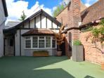 WOODEND ANNEXE, converted coach house, en-suites, Juliet balcony, cottage garden, in Fontwell, Ref 29382