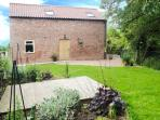 HOLLY BROOK BARN, king-size double, WiFi, enclosed garden, patio with furniture, Ref 912729