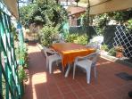giardino di 50 mt con lavandino tavolo gazebo e sdraie