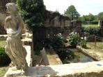 Statue et ancien lavoir du 17e alimenté en eau de source avec ses truites...