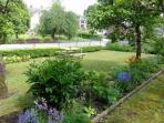 Notre petit jardin fleuri et sa table pique-nique