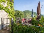 terrazzo privato con vista meravigliosa sui tetti dell'antico paese e sul fiume