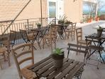 Spazio attrezzato con sedie e tavolini sul terrazzo panoramico