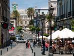 Una zona llena de restaurantes, bares y tiendas. El buen tiempo invita a disfrutar de sus terrazas.