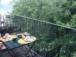 sul balcone della sala si puo anche mettere un tavolino per mangiare in 4 persone