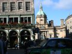 A glimpse of Edinburgh City Centre: fantastic architecture, traditional pubs, a buzzing atmosphere.