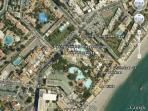 situación del apartamento en relación con la playa, piscina y nuestra oficina en la esquina