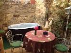 Notre patio fleuri intime et le  SPA