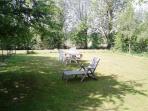 Un jardin privatif de 300m², clos ; avec barbecue fixe et salon de jardin