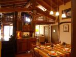 Mesa comedor para 10-12 pax. toda la casa tiene suelo y techo  abuhardillado de madera de roble.