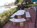 mesa y bancos para disfrutar de una buena comida o desayuno con vistas hermosas al Mar