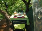 petit déjeuner inclus servi sur la terrasse
