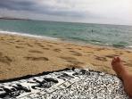 Playa de arena ,a 10 minutos caminando con servicios salvavidas, cruz roja, ducha wc