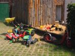 Sandkasten und Fuhrpark für die Kinder