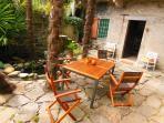Un coin repas et taverne du côté du patio