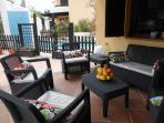 terraza cubierta con sofas donde podran relajarse