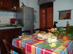 La spaziosa cucina del Pergolato con la tavola imbandita per un pranzo in compagnia