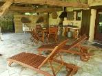 la grande terrasse avec barbecue