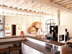 living, côté cuisine et bar