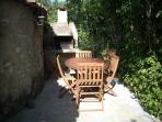Barbecue et salle à manger d'été