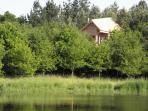 la cabane du trappeur, nichée au milieu des arbres