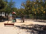 Uno de los parques infantiles que tiene la urbanización.
