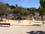 Este parque se encuentra a 50 mts. del bungalow, está vallado para seguridad de los niños.