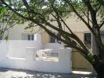 Vue sur l'espace clos extérieur de 30 m2 avec salon de jardin, tansat et barbecue