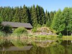 l'étang de pêche devant les chalets