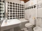 bagno con vasca nella camera matrimoniale