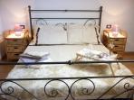 Camera da letto matrimoniale con climatizzatore sulla parete.