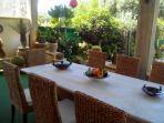 patio molto elegante,  può accogliere 12 persone a tavola