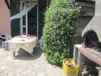 Il barbecue con il tavolo da pranzo