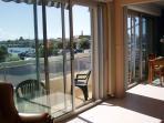 baies vitrées du salon et de la cuisine donnant sur le balcon vue port de plaisance