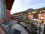 Vista dal terrazzino dell'appartamento sul lato rivolto verso il centro storico di Maderno
