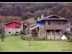 Vista al exterior Casas de madera y piedra en una pequeña aldea del Valle de Bueida