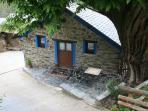 Fachada de la casa a la sombra de un castaño centenario