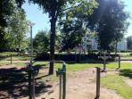 Parc boisé à 50m  avec aire de jeu pour les enfants et wifi gratuit pour les parents