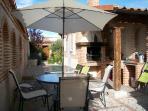 Estupendo patio con jardín y barbacoa. Para disfrutar del buen tiempo al aire libre