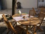 les extérieurs: tables à votre disposition pour déjeuner.