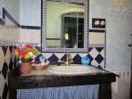 Cuarto de baño con cabina de hidromasaje